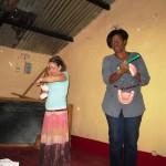 Drª Ida e Isabel ensinando as crianças a escovar os dentes.