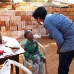 Drª Ida avaliando os dentes das crianças